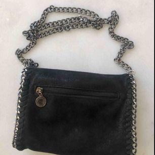 Säljer en STELLA MCCARTNEY väska (inte äkta). I väldigt väldigt bra kvalité. Brickan på framsidan går att ta av ifall de önskas. Väskan är sparsamt använd och väldigt fin 💞💞  Fråga för fler bilder :)
