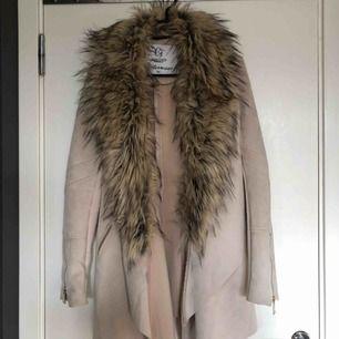 Superfin (!!!) beige/rosa kappa i mockaimitation och fuskpäls som går att ta av. Från Chiara Forthi. Knappt använd. Nypris 800kr. Frakt tillkommer