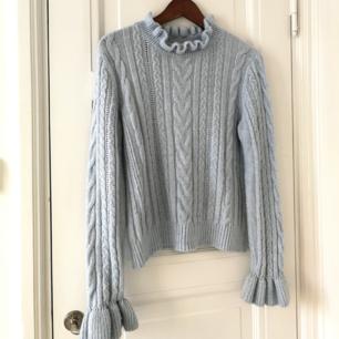 Stickad ljusblå tröja (är mer ljusblå i verkligheten än på bilden) med volangärmar och i halsen 🌼