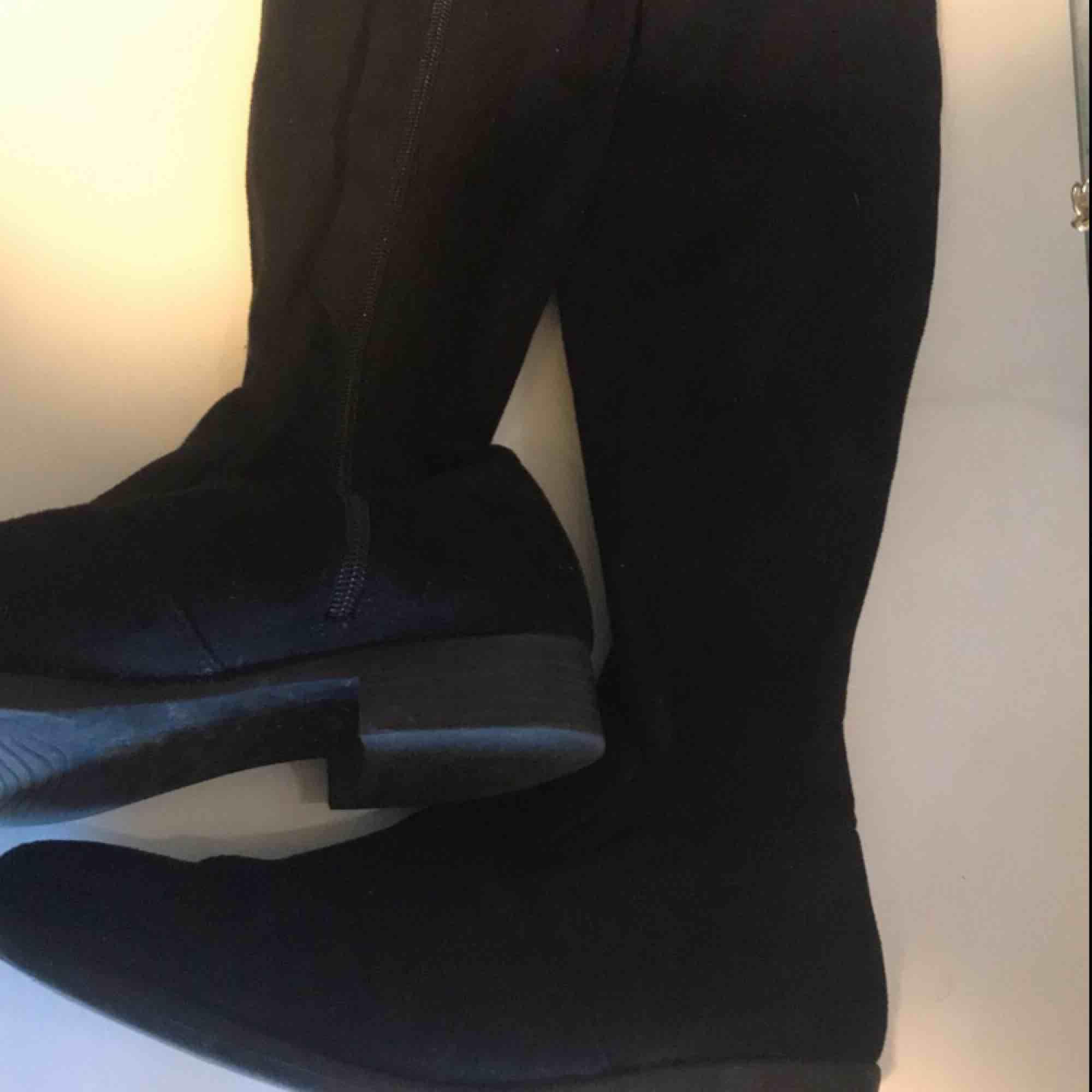 Säljer ett par jätte fina over-knee boots i strl 39, dom är i ett super skick då jag bara använt dom ett fåtal gånger vilket också syns på sulan under skon🌺   Kan frakta om köparen står för frakten!. Skor.