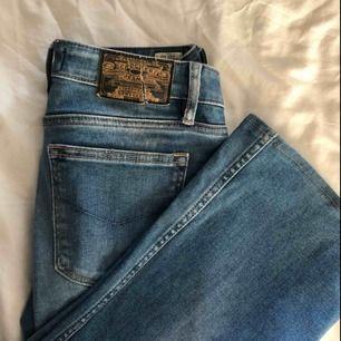 Så snygga bootcut jeans från Crocker! De är i storlek W27 L31 men uppsydda till att passa en L30. Väl använda men väldigt fint skick förutom att Crockerloggan bak på byxan har en spricka, men det lär vara lätt att sy ihop. Frakt ingår