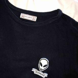 Mörkblå T-shirt med märke på bröstet från Pull&Bear. Extremt mjuk, men bara använd fåtal gånger. I gott skick