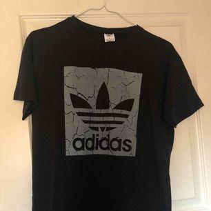 Fake adidas tröja, aldrig använd säljer pågrund av ingen användning. Skriv för flera bilder 💘 Är i storlek L men passar M 🥰