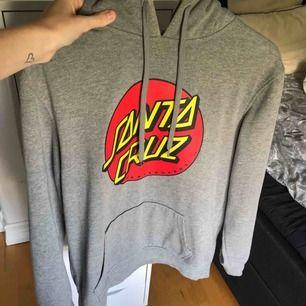 Santa cruz hoodie storlek smal, köpt på carlings för 700, helt oanvänd