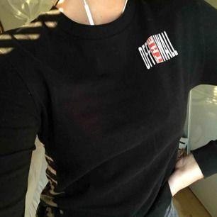 """En tröja från vans, relativt tajt, använd fåtal gånger med logga både fram och bak (off the wall) 😍 (kunden står för frakt"""""""