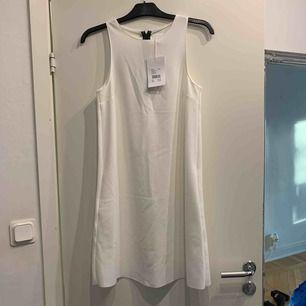 • vit cocktailklänning från Stay • strl XS • oanvänd med prislapp kvar • ordpris 399.-