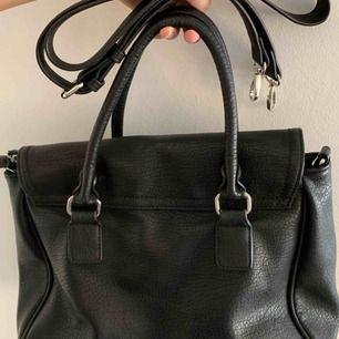 En perfekt väska att ha med sig. Köpt på Pieces. Axelband med kommer som är aldrig använt och finns kvar i sin förpackning.100 kr plus frakt👜