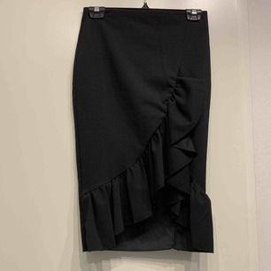 • svart cocktailkjol med snedskuren volang • strl M men ganska tight passform • inköpt www.sheinside.com • nyskick