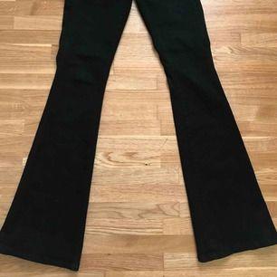 Ett par svarta bootcut jenas från Zara! Byxorna passar personer som brukar använda XS-S!