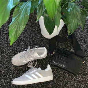 Säljer dessa adidas GAZELLE skor som bara har använts 2-3 gånger. Säljs pga köpte för liten storlek.🦋 350 kr plus frakt!