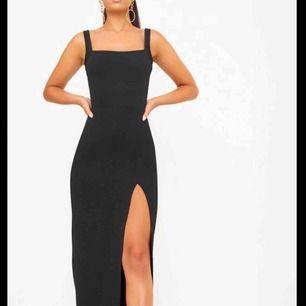 Säljer tre långklänningar från Prettylittelthing. Säljs pga glömt att skicka tillbaka eftersom dem inte passade🖤 Alla klänningar är oanvända och prislapparna och förpackning finns kvar!   Klännigen har en hög slits på sidan. 225 kr plus frakt!