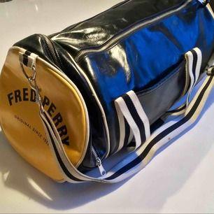 Gul, svart och vit Fred Perry väska