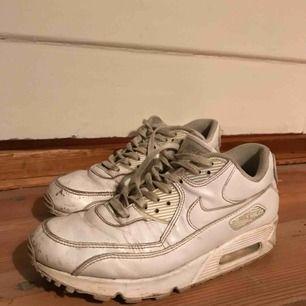 Nike air max, en upphöjd modell av air force. Vita i läder. Storlek ser ni på tredje bilden. Frakt tillkommer.