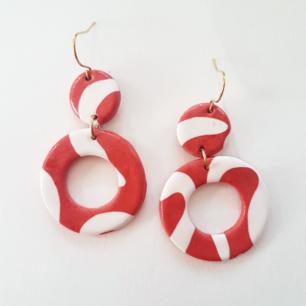 Härliga örhängen i rosa och vitt! Handgjorda. Material: lera och mässing (nickelfria). Frakt 10kr.  Instagram: ragnar_smycken