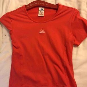 En röd t-shorts från adiddas.  40kr plus frakt