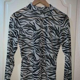 """""""Genomskinlig"""" zebra tröja!! Aldrig använd! Skitsnygg"""