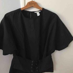 En lite speciell blus/tröja med korsett🌿🍃 Aldrig använd🌼 Storlek 42
