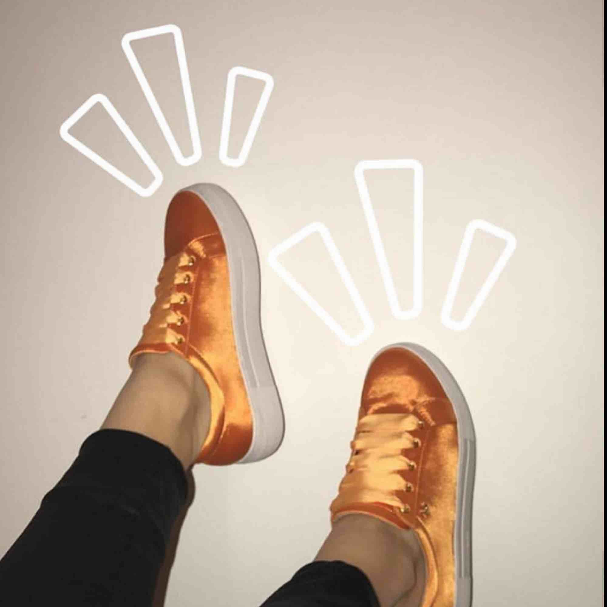 Säljer de finaste orangea skorna. Dessa skor är använda ca 3-4 gånger så dom är nästan i nyskick🥰🥰 kunden står för frakt . Skor.