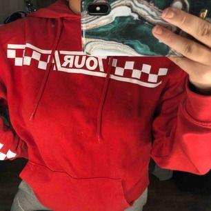 Säljer min super fina Justin Bieber hoodie  Sparsamt använd och i bra skick och den är en oversized så den passar XS-M beroende på hur man vill att den ska sitta  Köparen står för frakten
