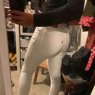 ett par vita levis jeans i 501-modellen som blivit för små för mig och hoppas därför någon annan kan få använding av dom! fint skick!!