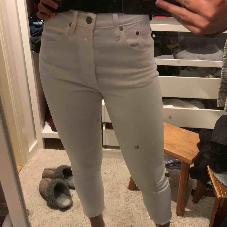 ett par vita levis jeans i 501-modellen som blivit för små för mig och hoppas därför någon annan kan få använding av dom! fint skick!!. Jeans & Byxor.