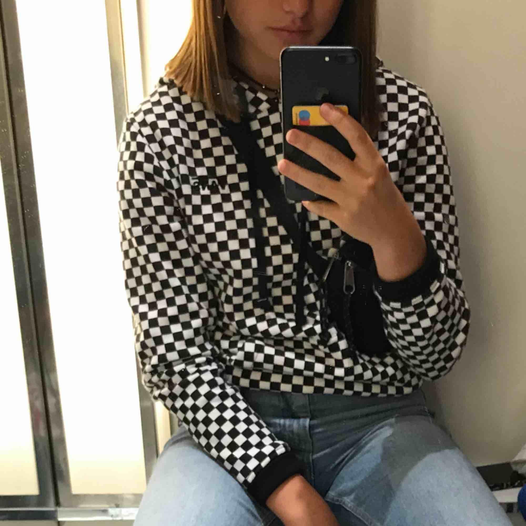 Säljer min coola vans hoodie som jag använt ett fåtal gånger. Riktigt skön och sitter snyggt på🤩 kunden betalar frakt💖💖💖. Huvtröjor & Träningströjor.