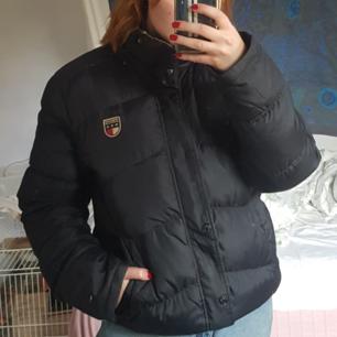 Lite oversized, svart vintage Hilfiger-jacka. Väldigt tjock o varm så passar perfekt inför vintern. Det finns flera Hilfigermärken på den, DM:a för fler bilder. Finns i Uppsala men kan frakta.