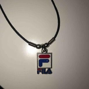 Halsband med Fila logga🥰 Frakten kostar 9kr✨