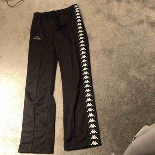 skiiiit snygga kappa byxor! I svart vita! Köpte för 600kr ( frakt tillkommer )
