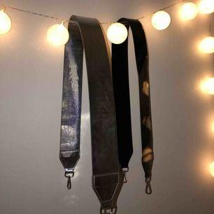 Snygga väskband från Carin Wester med en glansig finish. Säljes i gott skick, aldrig använda. Frakten inkluderat i priset. Köp en för 60 eller köp båda för 110! 🔥