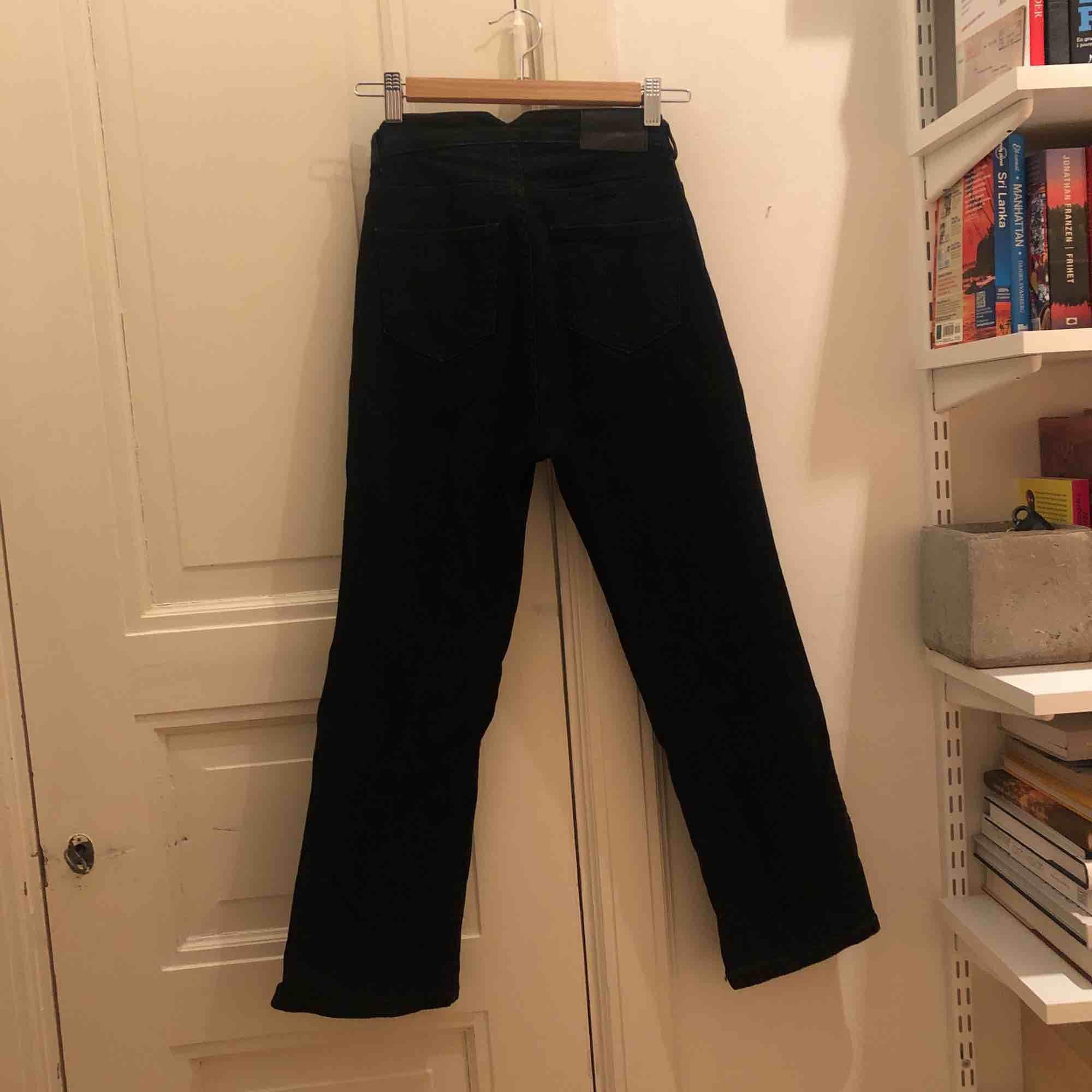 Svarta jeans från Carin Wester (Åhléns) i stretchigt jeanstyg, ankellånga och med lite utställd/bootcut modell. Använda fåtal gånger så i fint skick. Kan mötas i Sthlm eller skickas mot fraktkostnad. Jeans & Byxor.