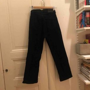 Svarta jeans från Carin Wester (Åhléns) i stretchigt jeanstyg, ankellånga och med lite utställd/bootcut modell. Använda fåtal gånger så i fint skick. Kan mötas i Sthlm eller skickas mot fraktkostnad