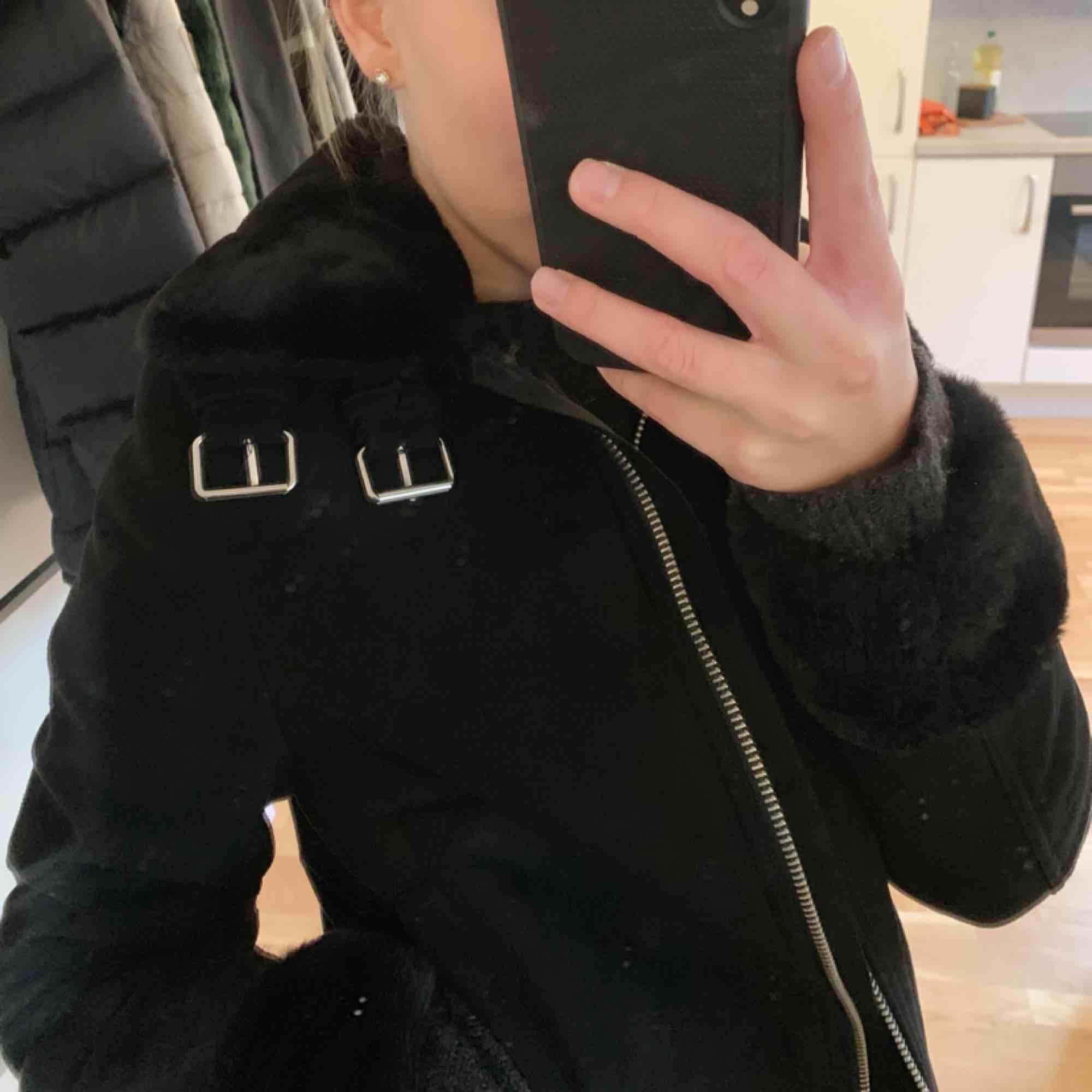 Säljer min svarta mocka-imitation jacka som är från H&m! Är i väldigt fint skick! Köparen står för frakt!. Jackor.