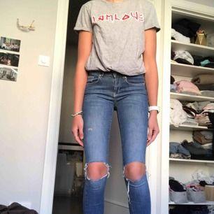 Super snygga jeans från Gina med hål i🦋används inte!!