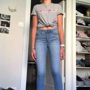 Super snygga jeans från hollister med fina detaljer. Köpte för 600 o sparsamt använda💚