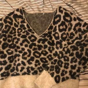 Säljer denna ur snygga leopard stickade tröjan då jag köpt två nästintill likadana leopardtröjor, aldrig använd av mig och inte heller av tjejen jag köpte den av heller tror jag. Frakt kostar 50kr 🥰