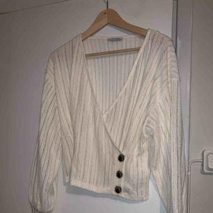 Fin omlott tröja från zara, i storlek M men passar mig som är S! Aldrig använd🌸