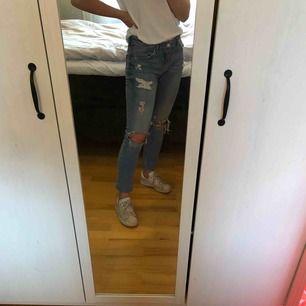 Slitna boyfriend jeans från Gina tricot. Fint skick. Köparen står för frakt.