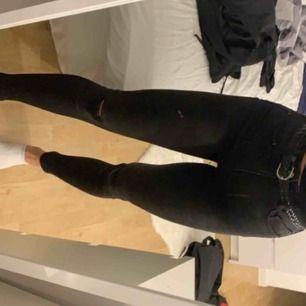 Ett par svarta stretchiga jeans från pull and bear, med hål på knäna.  Storlek 34 och använda 1gång.  Säljer för 150 inklusive frakt