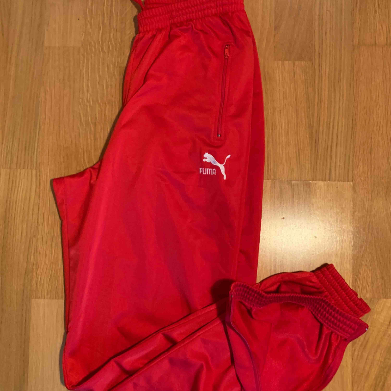 Röda Puma sweatpants har dragkedjor vid anklarna  köpte de på secondhand och säljer de nu för de tyvärr är för stora/långa  jag är 160cm lång De är jättesköna och fräscha! frakt: 59kr  kan mötas upp i Stockholm :). Jeans & Byxor.