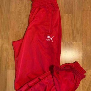 Röda Puma sweatpants har dragkedjor vid anklarna  köpte de på secondhand och säljer de nu för de tyvärr är för stora/långa  jag är 160cm lång De är jättesköna och fräscha! frakt: 59kr  kan mötas upp i Stockholm :)