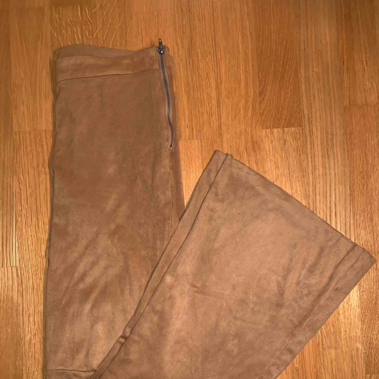 beigea flared suede byxor från gina tricot säljer för att de inte längre är min stil och blivit för små de är väldigt mjuka och fina frakt: 59kr  kan mötas upp i Stockholm :). Jeans & Byxor.