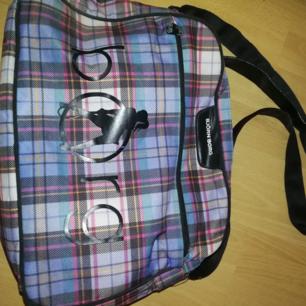 Säljes en Björn Borg väska, väldigt fin. Den har en liten mini hål i den lilla fickan, men den syns inte för att hålet är inifrån!