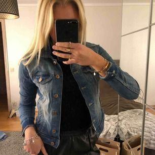 Blå Jeansjacka i bra skick, säljer då jag knappt använt den, kan mötas i Uppsala eller så får man stå för frakten själv ☺️