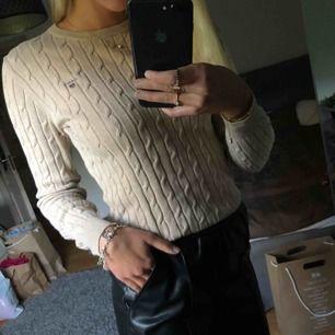 Kabelstickad tröja från Gant✨ knappt använd så det är bra skick, kan mötas i Uppsala annars får man stå för frakten själv☺️