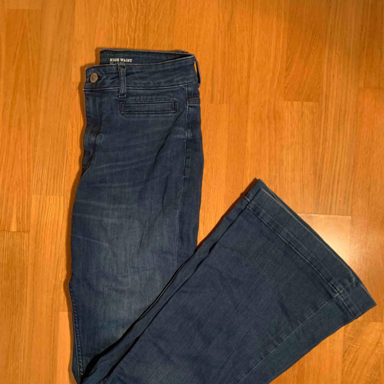 High waist flared jeans från Lindex de passar inte min stil men är väldigt fina frakt: 79kr  kan mötas upp i Stockholm :). Jeans & Byxor.