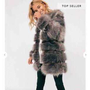 Säljer min fina pälsjacka från chiquelle, använd max 5 gånger. Passar M-L. Sen såklart mindre storlekar om man gillar den oversized. 500kr + frakt