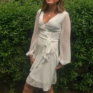 Super fin klänning, passar väl bäst till sommaren. Skriv om du har frågor, kan mötas upp eller frakta då du står för fraktkostnaden Kan gå ner i pris, kom med bud.