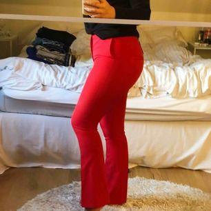 Röda kostymbyxor från BikBok, aldrig använda🥰💗