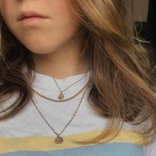 Säljer detta fina halsband med tre stycken kedjor och superfina berlocker på🥰🥰  Köpt på & Other Stories för 149kr
